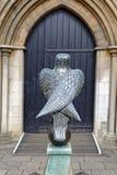 Eagle staty och dörröppning royaltyfri bild