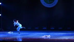 Eagle sul pascolo della danza popolare del cittadino della Mongolia- stock footage