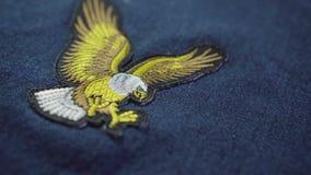 Eagle-Symbol auf Jeans Nach Stich Symbol von Amerika stock footage