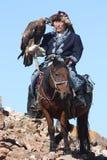 eaglehunter do Velho-homem com águia dourada Imagem de Stock