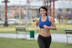 ealthy девушка идет спорты уклада жизни стоковое изображение