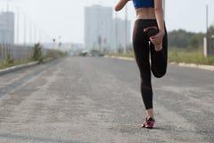 ealthy девушка идет спорты уклада жизни стоковая фотография rf