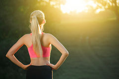 Ealthy резвится образ жизни Атлетическая молодая женщина в спорт одевает делать тренировку фитнеса усмехаться привлекательной при Стоковые Изображения RF