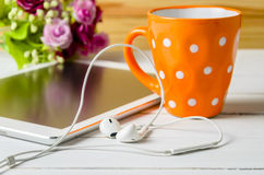 Ear pods with coffee cup Royalty Free Stock Photography