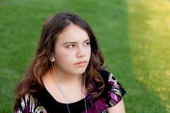 earbuds女孩听的音乐少年对佩带 库存图片