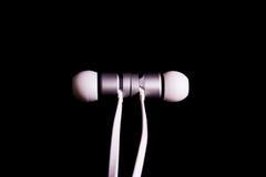 Earbuds耳机耳机白色时兴的金属特写镜头Det 免版税库存照片