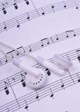 Earbuds sur la musique Photographie stock