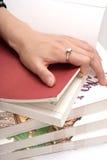 Earching a página direita Imagem de Stock Royalty Free