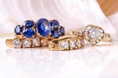 Earings e anel do diamante com escudos Fotografia de Stock Royalty Free