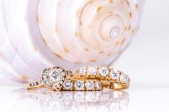 Earings et anneau de diamant avec la coquille Image stock