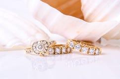 Earings et anneau de diamant avec la coquille Photographie stock libre de droits