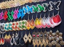 Earings på den Goa marknaden arkivbilder