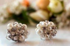 Earings van de luxeparel met steen op achtergrond van boutonniereswi royalty-vrije stock foto's