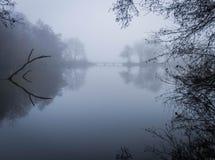 Earlswood湖在一个有雾,有薄雾的冬天早晨 图库摄影