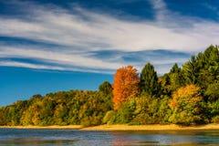 Early autumn color on the shore of Lake Marburg, in Codorus Stat. E Park, Pennsylvania Stock Photos