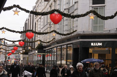 EARLY CHRISTMAS SHOPPERS AND CHRISTMAS DECORATIONS Stock Images