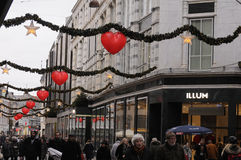 EARLY CHRISTMAS SHOPPERS AND CHRISTMAS DECORATIONS Royalty Free Stock Image