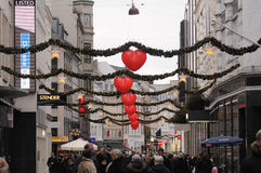 EARLY CHRISTMAS SHOPPERS AND CHRISTMAS DECORATIONS Royalty Free Stock Images
