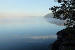 Early morning湖视图,芬兰 免版税库存照片