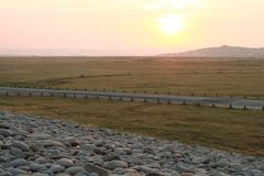 Early morning peacefulness. Sunrise on a pebble ridge Royalty Free Stock Photos