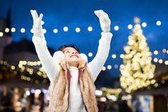 Earmuffs счастливой девушки нося над светами рождества Стоковое Изображение