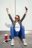 Earp de écoute de musique de belle jeune de brune de cheveux femme de hippie Image libre de droits