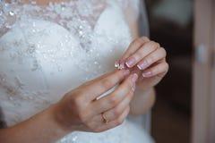 Earrind在新娘的手上 库存图片