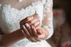 Earrind在新娘的手上 库存照片