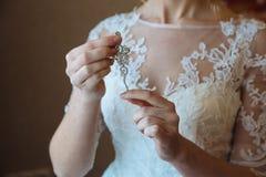 Earrind在新娘的手上 免版税库存照片