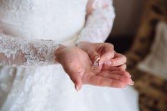Earrind在新娘的手上 免版税图库摄影