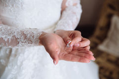 Earrind στα χέρια της νύφης Στοκ φωτογραφία με δικαίωμα ελεύθερης χρήσης