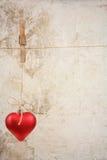 Eart als Symbol der Liebe/der Weinlesekarte mit rotem Herzen auf Schmutzweinleseliebe/Valentinsgrußhintergrund Lizenzfreies Stockfoto