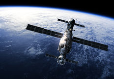 围绕Earth.3D场面旋转的空间站 免版税库存图片