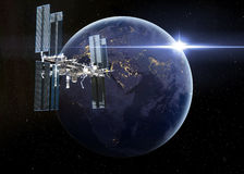 围绕Earth.3D场面旋转的空间站 库存图片