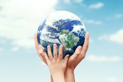 Free Earth Globe In Family Hands. World Environment Day Royalty Free Stock Image - 172933016