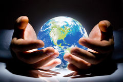 The Earth is in the hands Royalty Free Stock Photos