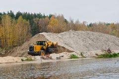 Earth-mover και μεγάλος σωρός της άμμου τραπεζών Στοκ φωτογραφία με δικαίωμα ελεύθερης χρήσης