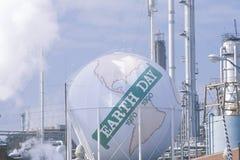 作为与字�Earth日1970-1990�在一个Unocal炼油厂在洛杉矶,加州的一个地球被绘的坦克 免版税图库摄影