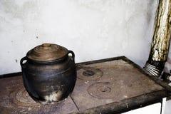 Earthen słój na starej kuchence Fotografia Royalty Free