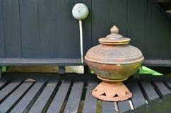 Earthenware dla wody pitnej na lath tarasie zdjęcie stock