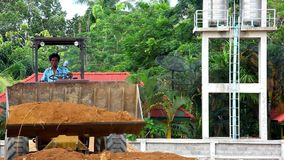 Earthmover η μπουλντόζα που κάνει την κίνηση της γης λειτουργεί υπαίθρια απόθεμα βίντεο