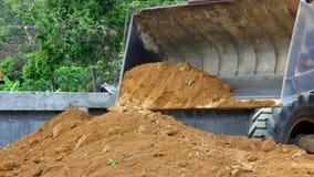 Earthmover η μπουλντόζα που κάνει την κίνηση της γης λειτουργεί υπαίθρια φιλμ μικρού μήκους