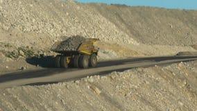 earthmoving ciężarówka niesie skałę przy kopalnią zbiory