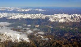 Earthqake Faultine och snedsteg i bergdalar bak Kaikoura Royaltyfri Bild