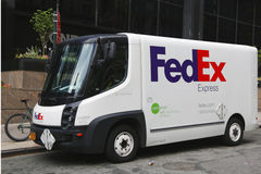 Earthsmart Fedex zera a emissão todo o caminhão bonde no Lower Manhattan fotografia de stock