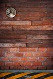 Eary acht oklok het hangen op houten muur Royalty-vrije Stock Foto