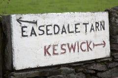 Easedale el Tarn y poste indicador de Keswick, distrito del lago, Inglaterra Foto de archivo