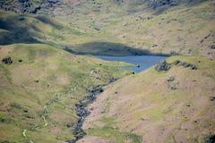 Easedale Tarn από το βράχο τιμονιών, περιοχή λιμνών στοκ φωτογραφία