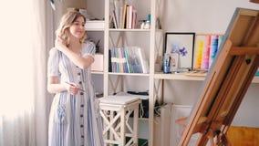 Easel καμβά απόλαυσης καλλιτεχνών θηλυκή έμπνευση απόθεμα βίντεο