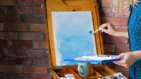 Easel χρωμάτων διαδικασίας εργασίας καλλιτεχνών μπλε watercolor απόθεμα βίντεο
